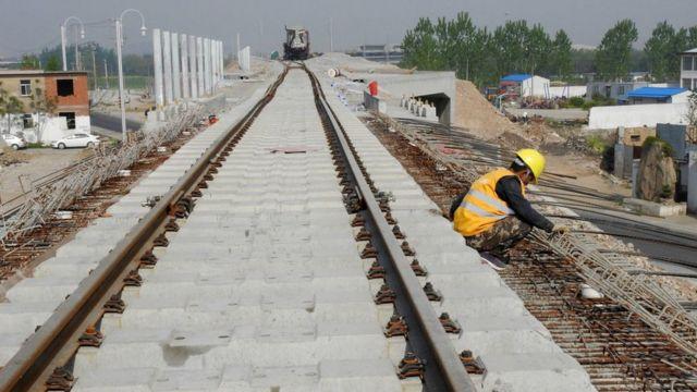 คนงานชาวจีนในไซต์ก่อสร้างทางรถไฟในประเทศจีน