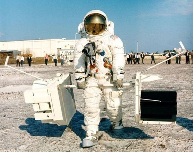 ट्रेनिंग के दौरान अपोलो 13 कमांडर जिम लवेल्ल एक प्लूटोनियम बैटरी और वैज्ञानिक उपकरण ले जाते हुए