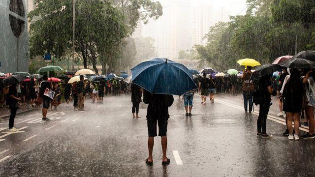 Người phản đối chính phủ đội mưa lớn để biểu tình ôn hòa hôm Chủ nhật