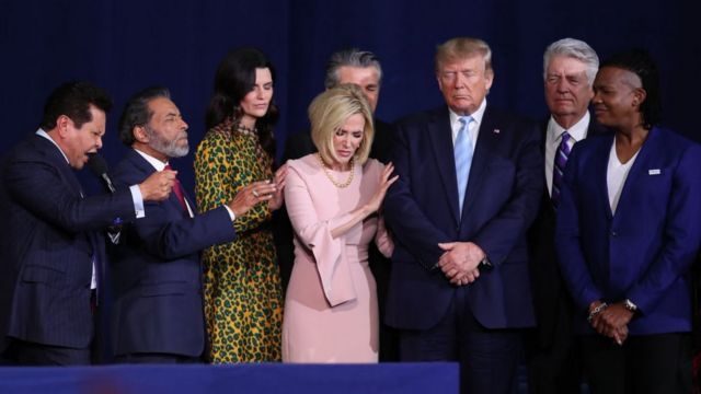 دونالد ترامپ در حال نیایش در کنار رهبران کلیسای مسیحیان انجیلی