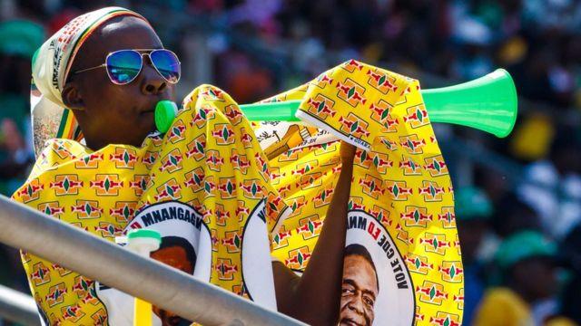 Wani mutum yana hura vuvuzela yayin bikin ranatsar da shugaban Zimbabwe Emmerson Mnangagwa Ranar Lahadi a Harare, Zimbabwe - Lahadi 26 August 2018
