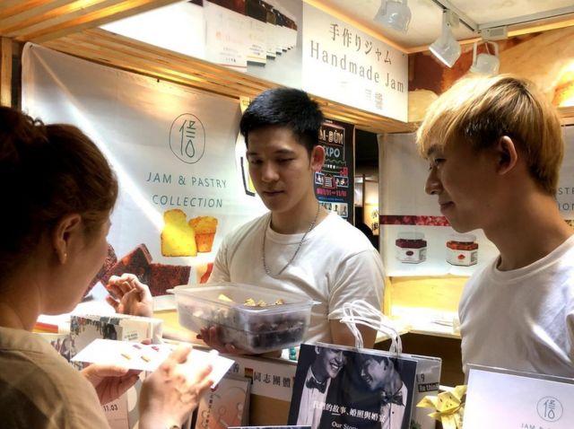 梁展辉与丁则言现在定居高雄,一起开甜点店已经约两年多。