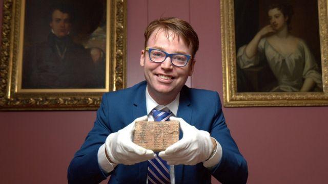 Daniel Mansfield con la tableta babilonia Plimpton 322 que está en la Biblioteca de Libros y Manuscritos Raros de Columbia University en Nueva York.