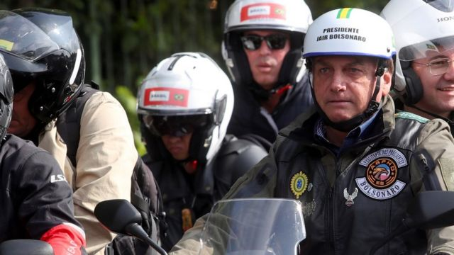 Bolsonaro de capacete andando na moto