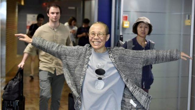 経由地のヘルシンキで笑顔を見せる劉霞氏(10日)