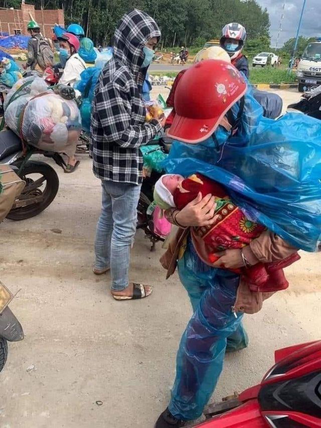 Sau khi kêu gọi giúp đỡ, mọi người đã thuê xe hơi đưa vợ chồng anh Xồng Bá Xô và cháu bé 10 ngày tuổi về quê Nghệ An