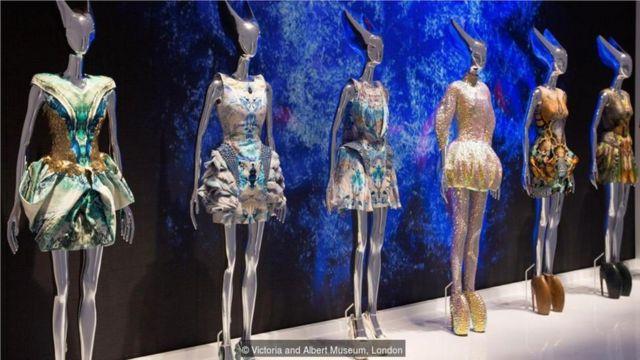 """如图所示,麦昆的""""柏拉图的亚特兰蒂斯""""系列在展览上展出,其设计灵感来自于双栖生活。(Credit: Victoria and Albert Museum, London)"""