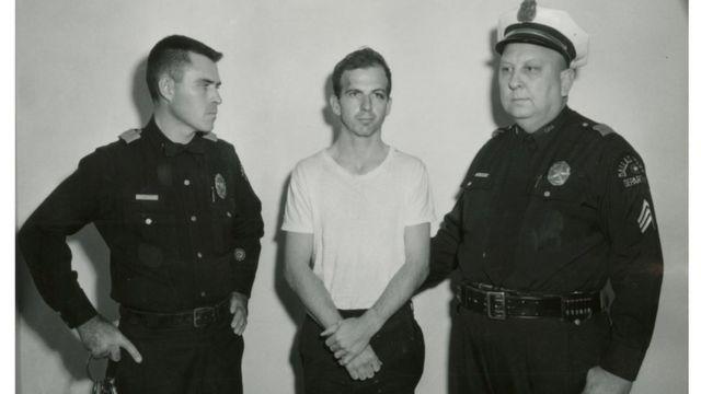 Lee Harvey Oswald após ser preso
