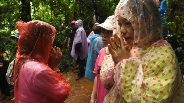 Familiares de tailandeses presos em caverna fazem vigília antes da operação de resgate