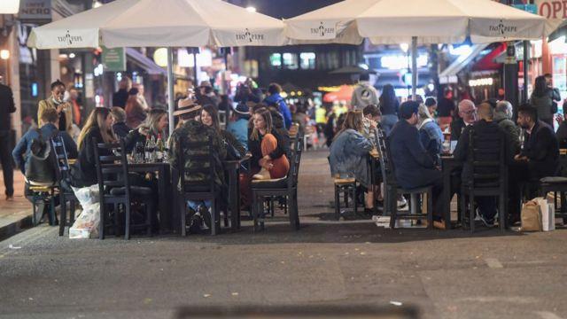 أشخاص يجلسون خارج حانة في سوهو في 24 سبتمبر/أيلول 2020 في لندن، إنجلترا