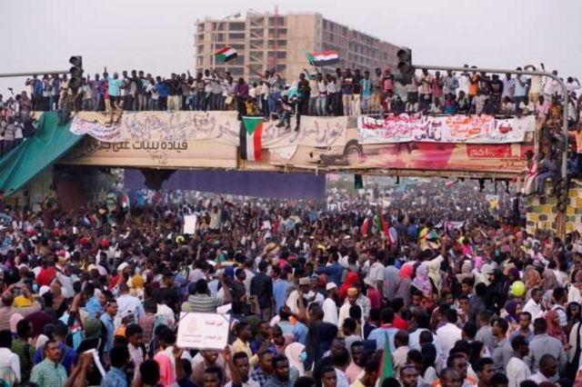 Толпа с флагами