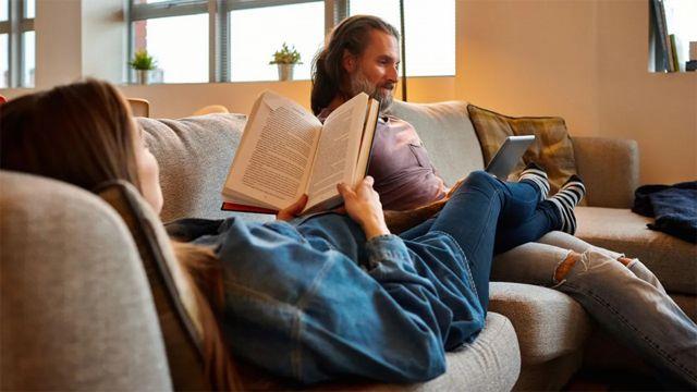 Una pareja en un sofá