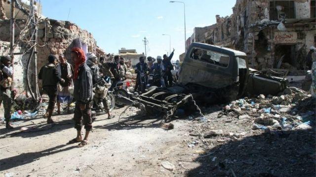 صورة للدمار عقب اشتباكات في شوارع تعز باليمن.