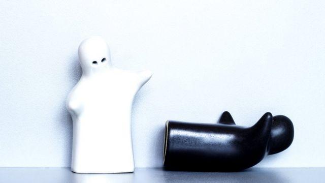 Белая и черная фигурки