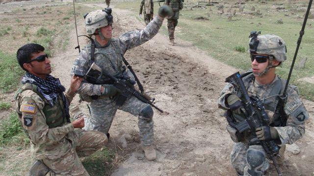 Lực lượng Hoa Kỳ với phiên dịch Afghanistan