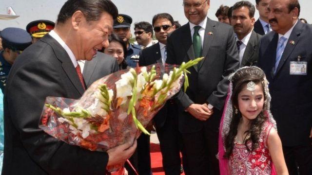 2015માં પાકિસ્તાનની મુલાકાતે ગયેલા ચીનના રાષ્ટ્રપતિ શી જિનપિંગને ઈસ્લામાબાદ એરપોર્ટ પર આવકારતી બાળકી