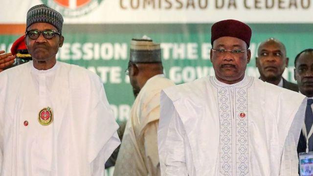 Shugaba Muhammadu Buhari da Muhamadou Issoufou na Nijar a taron ECOWAS na 56