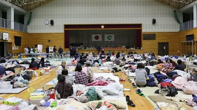 Local residents 避難所として使われている熊本県西原市の小学校体育館ho had to evacuate their houses after the earthquake gather at Kawahara elementary school on April 17, 2016 in Nishihara, Kumamoto, Japan