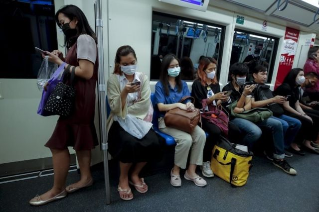 คนไทยใส่หน้ากากในรถไฟใต้ดิน