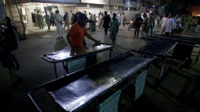 ترتيبات استعجالية لاستقبال المصابين خارج أحد المستشفيات في كراتشي