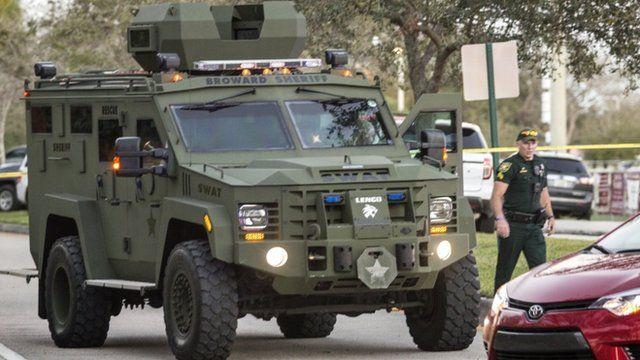 Camión del SWAT en los alrededores de la escuela.