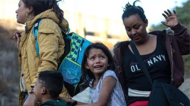 Menina chorando na fronteira dos EUA com o México