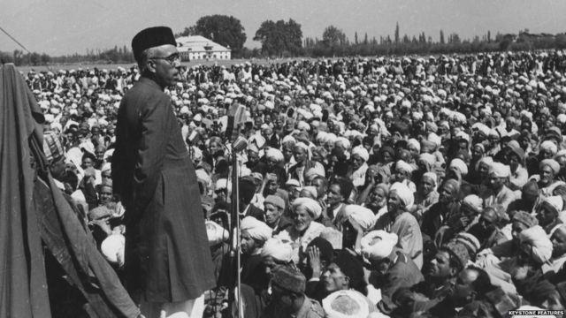 शेख अब्दुल्ला काश्मीरमधल्या एका सभेत भाषण करताना