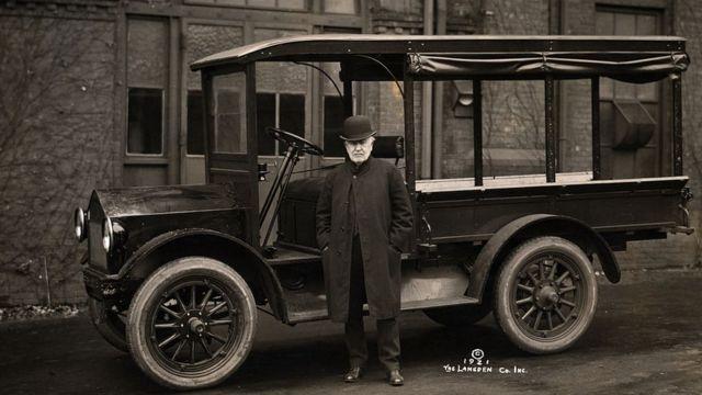 Thomas Edison con su auto eléctrico en 1921.