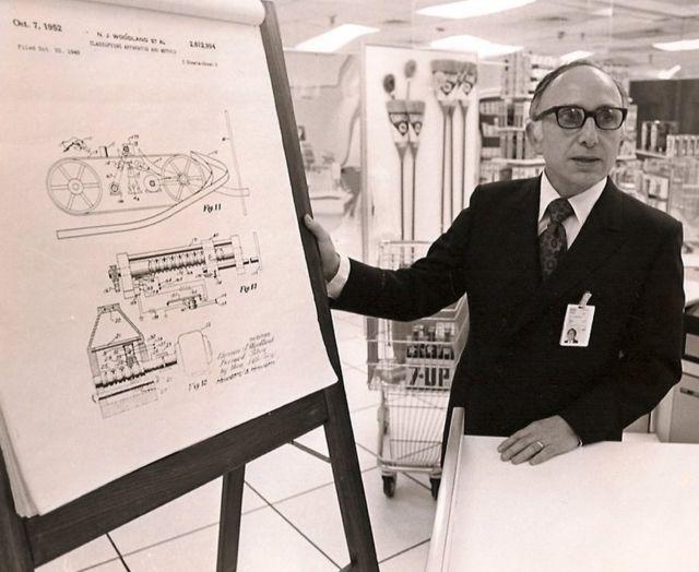 1952లో తాను రూపొందించిన స్కానర్ నమూనా గురించి వివరిస్తున్న జోసెఫ్ వుడ్లాండ్