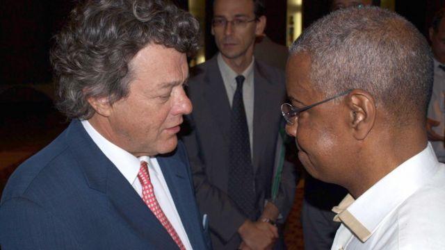 Djibo Ka, avec son homologue Jean-Louis Borloo, ministre français de l'écologie à Cotonou le 26 août 2008 (illustration)