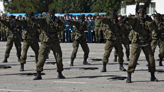 Показательные выступления военнослужащих 201-й базы