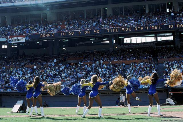 1999 सालच्या एका फुटबॉल सामन्यादरम्यान लॉस एंजेलिस रॅम्सच्या चीअरलीडर्स