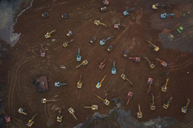 Vista aérea de guindastes e escavadeiras durante a construção do Hospital Huoshenshan