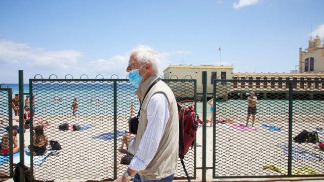 Sahilde yürüyen yaşlı bir adam