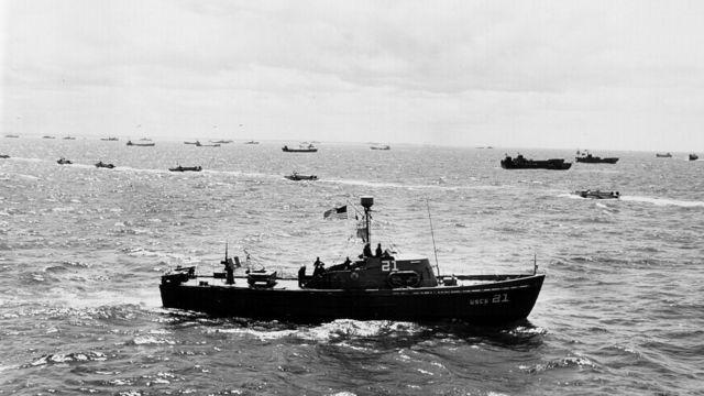 Barcos de EE.UU. patrullan la Playa de Omaha la mañana del Día D, en Normandía, Francia.