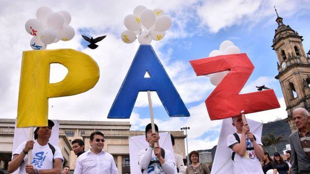 Partidarios del acuerdo de paz con las FARC manifiestan en Bogotá.