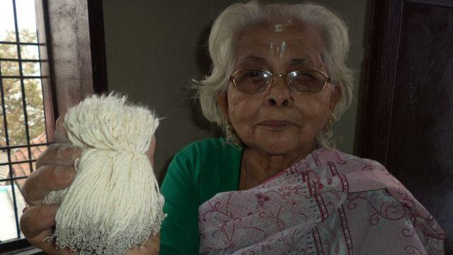 बाती के साथ बुज़ुर्ग महिला
