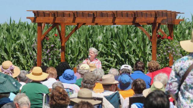 La hermana Janet McCann habla durante la consagración de la capilla al aire libre.