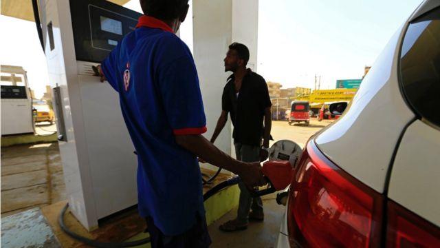 سيارة في محطة وقود في العاصمة السودانية الخرطوم