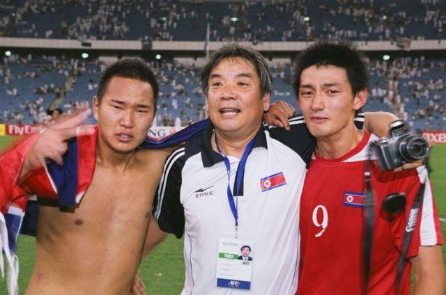 44년만에 북한의 월드컵 본선 진출이 확정되자 눈물을 쏟은 정대세 선수(좌)와 안영학 선수(우)