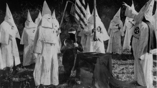 Iniciación de un nuevo miembro del Ku Klux Klan.
