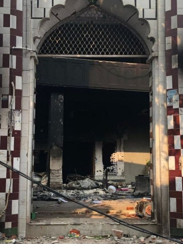 مسجد کے اندر کا منظر