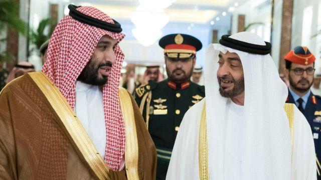 في الإمارات العربية المتحدة ، أبو ظبي (27 نوفمبر 2019) ولي العهد السعودي محمد بن سلمان وولي عهد أبوظبي محمد بن زايد يقومان ببطولة صورة ملف.