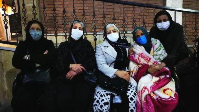 مادران داغدار مقابل بیمارستان لقمان برای ابراز همبستگی با مادر بهنام محجوبی، درویش زندانی که به کما رفته است