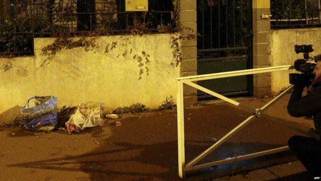 ごみの置かれたパリ・モンルージュの街角。爆弾ベルトとみられるものがここで発見された(23日)