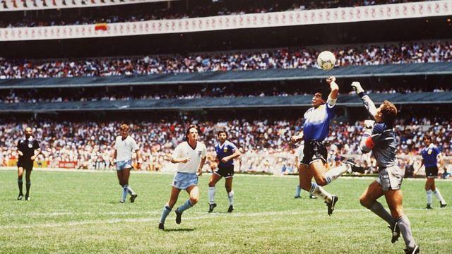 Diego Maradona y Peter Shilton