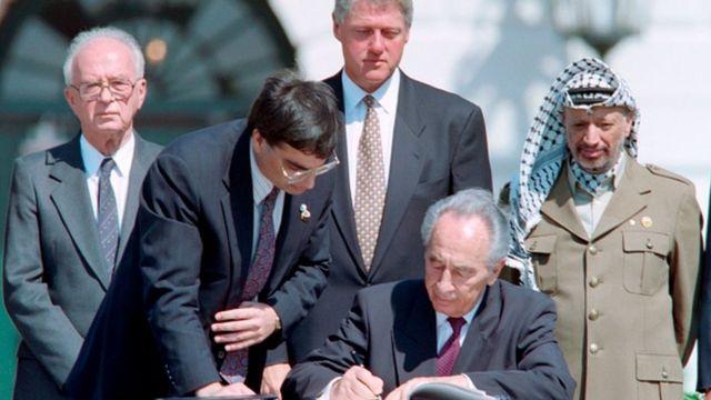 На фото слева направо: премьер-министр Израиля Ицхак Рабин, президент США Билл Клинтон, глава МИД Израиля Шимон Перес и лидер Палестинской Автономии Ясир Арафт - 13 сентября 1993 год