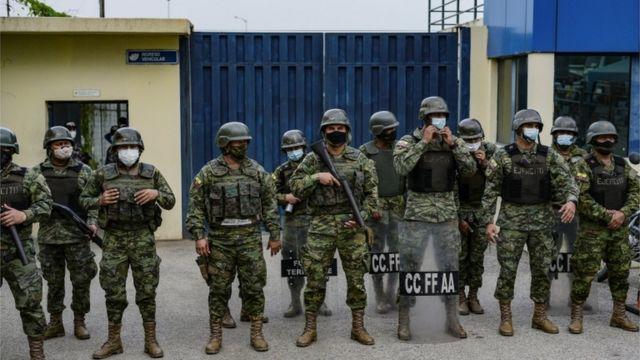 Soldados frente a una prisión ecuatoriana