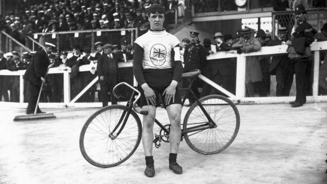 Ciclsita en Londres 1908.