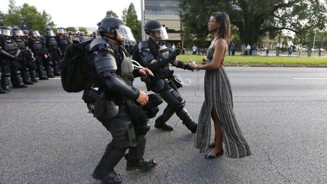 Una mujer frente a la policía en Baton Rouge.